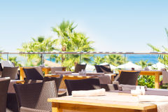 Restaurant extérieur donnant sur la mer et les palmiers photographie stock