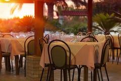 Restaurant ext?rieur au coucher du soleil photographie stock libre de droits