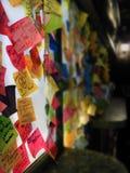 Restaurant-Feedback auf den selbstklebenden Anmerkungen, geklebt auf den Wänden u. dem Fenster eines Restaurants Stockfotos