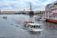 Restaurant ` Flying-Dutchman-` und Boot versenden auf dem Neva Stockfotos