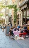 Restaurant français extérieur avec des clients attendant appréciant la nourriture W Photographie stock libre de droits