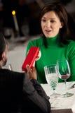 Restaurant: Frau empfängt Geschenk am Abendessen Stockbild
