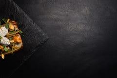Restaurant gastronomisch voedsel op donkere achtergrond royalty-vrije stock foto