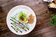 Restaurant gediende avocadosalade op plaat, hoogste mening stock fotografie