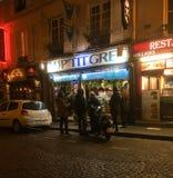 Restaurant grec à Paris, France la nuit Images stock