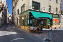 Restaurant in het historische centrum van Avignon stock afbeelding