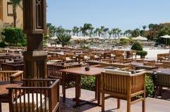 Restaurant im Freien des Hotels mit Holztischen und Stühlen, Hurgada, Egipt Lizenzfreie Stockfotos