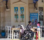 Restaurant im Freien Kreta Griechenland Damen-With Child In Lizenzfreie Stockfotos