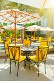 Restaurant im Freien unter Palmen Stockfotografie