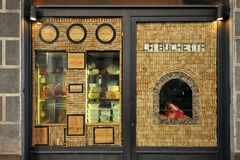 Restaurant italien avec de la viande florentine sur l'affichage Photo stock