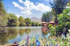 Restaurant Lchak, Yeghegnadzor, Arménie Vue d'un étang, des gazebos et des montagnes Images libres de droits
