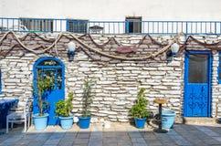 Restaurant méditerranéen avec le decorat bleu d'équipement et de pêche Photo stock