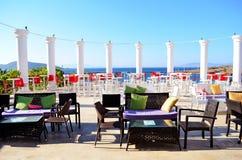 Restaurant mit Holztischen auf dem Strand Stockfoto