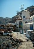 Restaurant mit Windmühle in Santorini, Griechenland Stockfotografie