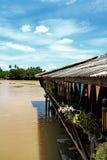 Restaurant naast de rivier met mooie hemel royalty-vrije stock fotografie