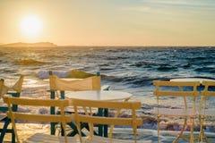 Restaurant nahe dem Meer in wenigem Venedig auf der Insel von Mykonos in Griechenland-Sonnenuntergang lizenzfreies stockbild