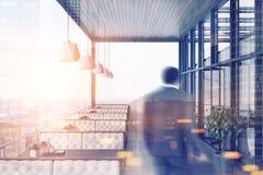 Restaurant op dak, witte banken, cityscape onduidelijk beeld Stock Foto's