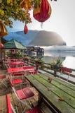 Restaurant op het meer bij dageraad in de Alpen Stock Fotografie