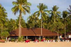 Restaurant op tropisch strand stock afbeeldingen