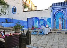 Restaurant in openlucht in Chefchaouen Medina royalty-vrije stock afbeelding