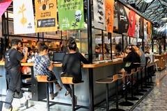 Restaurant ouvert moderne de cuisine sur le marché de nourriture de Sarona, Tel Aviv Photographie stock libre de droits