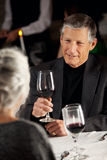 Restaurant: Paar-trinkender Wein am Abendessen Lizenzfreies Stockfoto
