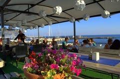 Restaurant pittoresque de bord de la mer Photographie stock