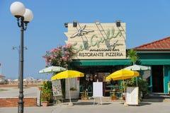 Restaurant-pizzeria sur la ligne de plage dans Viareggio, Italie Photo libre de droits
