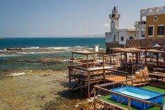 Restaurant près de vieux phare en pneu photos libres de droits
