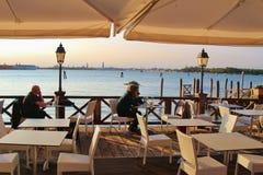 Restaurant romantique de jardin sur les Di Venezia, Italie de piscine découverte d'île image stock
