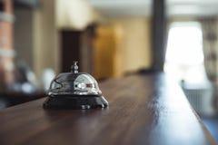 Restaurant-Service Bell auf dem Tisch in der Hotel-Aufnahme - Vinta lizenzfreie stockfotos