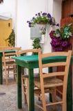 Restaurant sitzt Italien Puglia Locorotondo vor Lizenzfreie Stockfotos