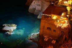Restaurant sur la mer par nuit Photos libres de droits