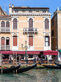 Restaurant sur le bord de mer de Grand Canal à Venise Photo stock