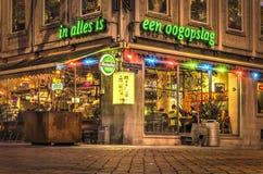 Restaurant sur un coin de la rue au crépuscule photos stock