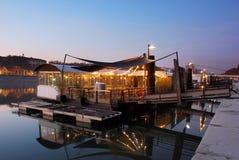 Restaurant sur une rivière à Lyon Soirée dans la ville française photo libre de droits