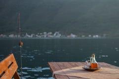 Restaurant-Tabelle mit Essig, Salz und Angelrute durch das adriatische Meer Lizenzfreie Stockbilder