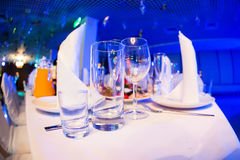 Restaurant table with glasses and napkins Royalty Free Stock Photos