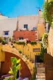 Restaurant traditionnel d'air ouvert dans la vieille ville de Chania, Crète photographie stock libre de droits