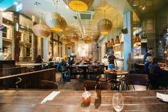 Restaurant traditionnel de bar de barre de l'Angleterre dans Bristol avec des personnes Image stock