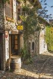 Restaurant traditionnel de rue au village médiéval Perouges 1 Images stock