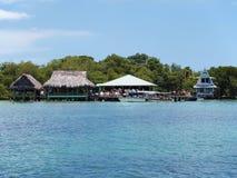 Restaurant tropical au-dessus de l'eau Photographie stock libre de droits