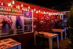 Restaurant turc coloré la nuit été - Turquie Images stock