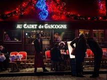 Restaurant typique avec l'allocation des places extérieure dans les distr de Montmartre photographie stock libre de droits