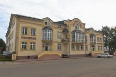 ` Restaurant und Hotel ` Veliky Ustyug in der Stadt von Veliky Ustyug, Vologda-Region Lizenzfreie Stockbilder