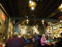 Restaurant van het crackervat, mensen die, Tulsa, o.k. het eten stock foto's