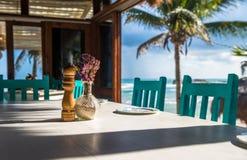 Restaurant van het zeegezicht het tropische strand, ondiepe nadruk stock foto