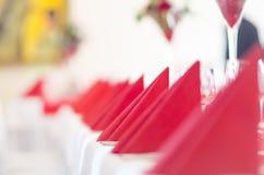 Restaurant verziert mit den roten Servietten Stockfotos