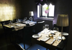 Restaurant vide foncé sans des propriétaires Photos libres de droits