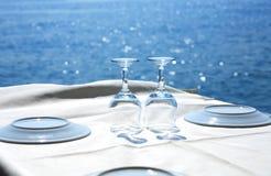 Restaurant vide près de la mer Images libres de droits